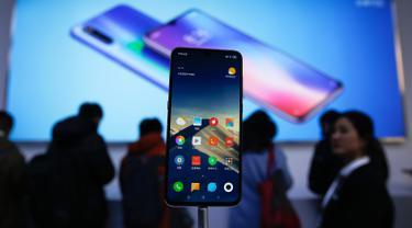 Smartphone Xiaomi Mi 9 ditampilkan dalam pameran saat peluncuran di Beijing, China, Rabu (20/2). Xiaomi resmi memperkenalkan smartphone premium terbarunya, yakni Mi 9. (AP Photo/Andy Wong)