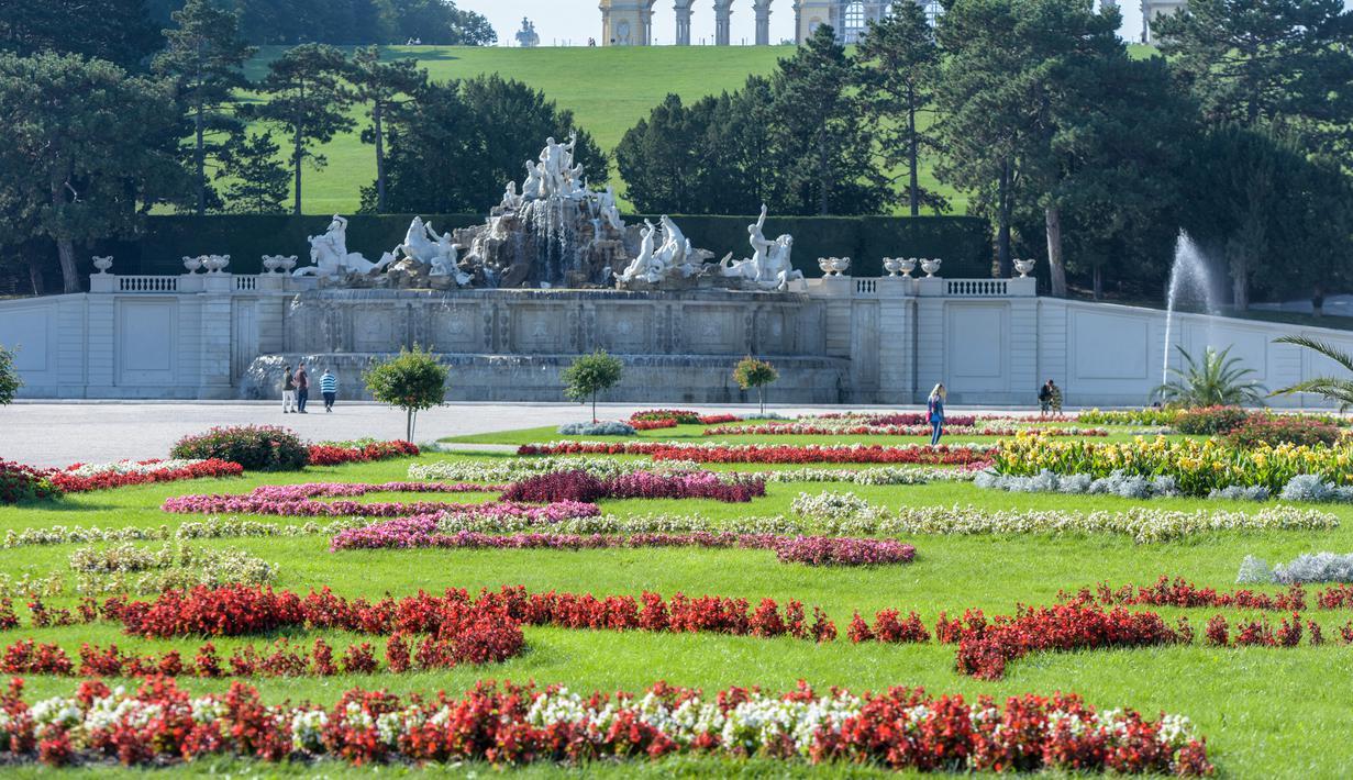 Para pengunjung berjalan-jalan di taman Istana Schoenbrunn di Wina, Austria, pada 21 September 2020. (Xinhua/Guo Chen)