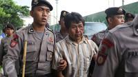 Seorang pengemudi Go-Jek bernama Siswanto (tengah) menjadi korban dari amukan oknum sopir taksi yang berada di dekat gedung TVRI Senayan, Jakarta, (22/3).Pria ini mengaku dihadang dan dipukuli oleh sejumlah pengemudi taksi. (Liputan6.com/Herman Zakharia)