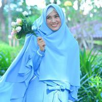 Kondisi rambut tetap fresh saat memakai hijab dengan langkah mudah ini. (Sumber foto: ichasoebandono/instagram)