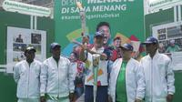 Pevoli legendaris Indonesia, Pascal Wilmar (tengah), saat pawai obor Asian Games XVIII di Palembang, Sumatra Selatan, Sabtu (4/8/2018). Sebanyak 53 kota di Indonesia akan dilalui oleh obor Asian Games. (Bola.com/Reza Bachtiar)