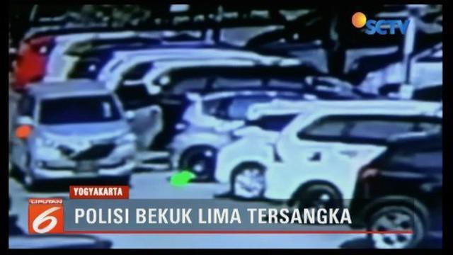 Berkat rekaman CCTV, polisi berhasil membekuk lima orang pembobol mobil di Bandara Adisutjipto, Yogyakarta. Sejumlah barang bukti seperti laptop dan uang tunai milik korban diamankan.