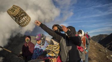 FOTO: Upacara Yadnya Kasada, Suku Tengger Larung Sesajen ke Kawah Gunung Bromo