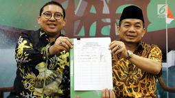 Wakil Ketua DPR dari Fraksi Gerindra Fadli Zon dan Ketua Fraksi PKS DPR Jazuli Juwaini menunjukkan daftar pengusul Pansus Hak Angket Tenaga Kerja Asing saat konferensi pers, Jakarta, Senin (30/4). (Liputan6.com/Johan Tallo)