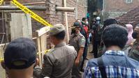 Petugas Satpol PP Kabupaten menghentikan dan menyegel pembangunan masjid milik warga Ahmadiyah di Kampung Nyalindung atas perintah Bupati Garut Rudy Gunawan. (Liputan6.com/Dok)