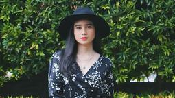 Tak hanya kariernya saja, penampilan Tissa Biani juga kerap menjadi sorotan. Pemain film Tanah Surga Katanya  ini pandai mix and match baju. Kali ini ia tampil dengan dress motif bunga yang dipadukan dengan topi hitam, cocok banget. (Liputan6.com/IG/@tissabiani)