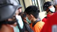 Penyanyi Januarisman Runtuwene saat rilis penyalahgunaan narkoba di Mapolres Pelabuhan Tanjung Priok, Jakarta, Rabu (16/1). JR ditetapkan sebagai tersangka setelah ditangkap  saat mengkonsumsi narkoba di sebuah apartemen. (Liputan6.com/Helmi Fithriansyah)