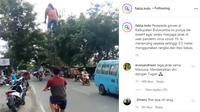 Dilansir akun Instagram @fakta.indo, Selasa (28/7/2020), terlihat seorang pria berkendara dengan sepeda setinggi 3,5 meter.