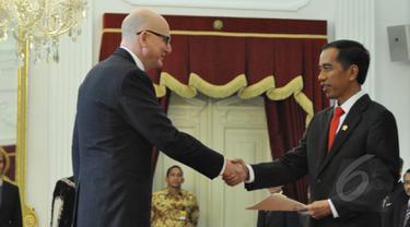 Presiden Joko Widodo menerima surat kepercayaan dari enam Duta Besar Luar Biasa dan Berkuasa Penuh (LBPP) Designated Resident untuk Republik Indonesia, di Istana Merdeka, Jakarta, Kamis (19/3/2015). (Liputan6.com/Faizal Fanani)