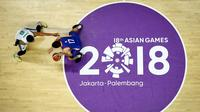 Pebasket Filipina, Christopher Tiu, berusaha melewati pebasket Kazakhstan, Shaim Zuanov, pada laga Asian Games di Hall Basket, GBK, Jakarta, Kamis (16/8/2018). (AFP/Lillian Suwanrumpha)