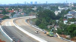 Pekerja menyelesaiakn penghalusan jalan pada  proyek pembangunan jalan tol Depok-Antasari (Desari) seksi 2 Brigif-Sawangan di kawasan Krukut, Depok, Jawa Barat, Selasa (12/3). (merdeka.com/Arie Basuki)