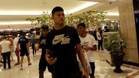 Pemain Timnas Indonesia U-22, Muhammad Riyandi, Firza Andika, dan Dodi Alekvan Djin, ketika ditemui di Hotel Jen Manila, tempat Tim Garuda Muda menginap sebelum berlaga di SEA Games 2019. (Bola.com/Muhammad Iqbal Ichsan)