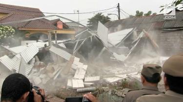 Sebuah rumah kontrakan 4 petak dibongkar paksa pemkot Jakarta Timur karena tidak memiliki IMB. Pemilik rumah sudah berkali-kali diperingatkan oleh aparat Pemkot Jaktim namun tidak mengindahkan.