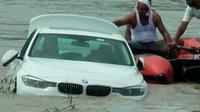 Mobil BMW M3 yang dibuang oleh pemuda India karena tidak sesuai dengan keiinginannya (Sumber: Sinarharian)