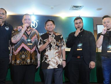 Kabid Organisasi DPP APVI G Kartasasmita, Komisaris Utama PT YNOT Kreasi Indonesia Harry D, Kasie Tarif Cukai dan Harga Dasar II Dirjen Bea Cukai Agus W, CEO NCIG Shariffuddin B (International), dan Roy L (Indonesia) usai peluncuran rokok elektrik NCIG, Jakarta, (22/3). (Liputan6.com/HermanZakharia)