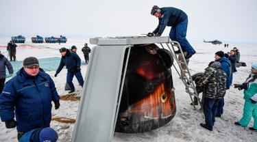 Badan Antariksa Rusia memeriksa kapsul ruang angkasa Soyuz MS-06 yang mendarat di Kazakh, Zhezkazgan, Kazakhstan, Rabu (28/2). Kapsul membawa astronot NASA, Alexander Iskimur serta Mark Vande Hei dan Joe Acaba. (Foto Alexander Nemenov/Pool Photo via AP)