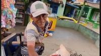 Wanita Bagikan Uang dari Mobil untuk Pedagang Keliing Tedampak PPKM. foto; TikTok @elisprida