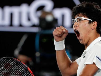 Ekspresi petenis Korea Selatan Chung Hyeon memasukan poin saat bertanding melawan petenis Serbia, Novak Djokovic pada putaran keempat kejuaraan tenis Australia Terbuka di Melbourne (22/1). Chung Hyeon menang 6-7(4), 5-7, 6-7(3). (AP Photo/Vincent Thian)