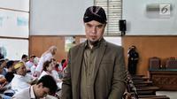Musisi Ahmad Dhani hadir dalam lanjutan kasus ujaran kebencian di PN Jakarta Selatan, Senin (17/9). Dhani tampak mengenakan blangkon saat menjalani sidang. (Liputan6.com/Faizal Fanani)