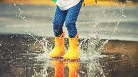 Saat musim hujan, si kecil lebih rentan terkena penyakit lho! Untuk itu, kita harus mengetahui bagaimana cara menjaga daya tahan tubuhnya agar tidak mudah terserang penyakit. (Foto: via Shutterstock)