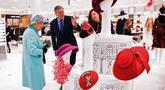 Ratu Elizabeth II melihat-lihat aksesoris topi di department store Fenwick saat mengunjungi pusat perbelanjaan Lexicon di Bracknell, London, Jumat (19/10). Saat berbelanja, area tersebut dikosongkan hanya untuk Ratu Elizabeth. (HENRY NICHOLLS/ POOL/AFP)