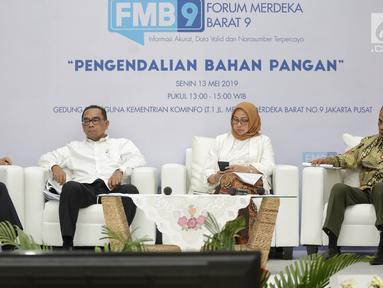 Direktur Pengadaan Perum Bulog Bachtiar, Sekjen Departemen perdagangan Karyanto Suprih, Deputi II Bidang Koordinasi Pangan dan Pertanian Kemenko Perekonomian Musdhalifah Machmud, Kepala Badan Ketahanan Pangan Kementan Agung Hendriadi saat diskusi di Jakarta, Senin (13/5).(Liputan6.com/Faizal Fanani)