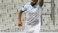 1. Adil Rami - Bek senior yang pernah absen kala merumput bersama Marseille di tahun 2018. Namun pemain yang sudah meciptakan rataan 87% umpan akurat tersebut harus bersaing dengan bek macam Koscielny dan Laporte. (AFP/Anne Christine)
