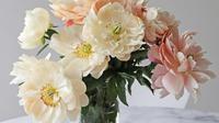 Bingung dengan pajangan bunga asli yang selalu cepat layu? Simak di sini cara mudah memperpanjang usianya.