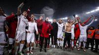 Selebrasi pelatih dan pemain AC Milan ketika berhasih melaju ke final Coppa Italia usai menundukkan Lazio di Stadio Olimpico, Roma, Italia, Rabu (28/2). (Angelo Carconi / ANSA via AP)