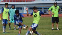 Pelatih Persib Bandung, Mario Gomez (kanan), memimpin sesi latihan di Lapangan Arcamanik Kota Bandung, Rabu (18/4/2018). (Bola.com/Muhammad Ginanjar)