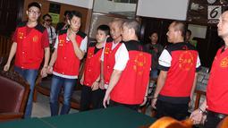 Terdakwa penyeludupan 1 ton sabu asal Taiwan bersiap menjalani sidang tuntutan di Pengadilan Negeri Jakarta Selatan, Rabu (7/3). Sidang kembali ditunda karena Jaksa Penuntut Umum (JPU) belum selesai menyusun tuntutan. (Liputan6.com/Immanuel Antonius)