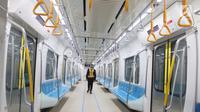 Petugas berjalan di dalam kereta MRT yang menuju stasiun Lebak bulus Jakarta, Senin (25/2). 5 Maret nanti pihak Kereta MRT akan membuka pendaftaran uji coba umum. Dengan begitu, masyarakat bisa mengikuti progres pembangunan.(Www.sulawesita.com)