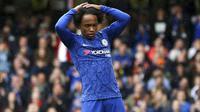 Gelandang Chelsea, Willian, tampak kecewa usai gagal membobol gawang Newcastle United pada laga Premier League 2019 di Stadion Stamford Bridge, Sabtu (19/10). Chelsea menang 1-0 atas Newcastle United. (AP/Steven Paston)