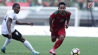 Gelandang Timnas Indonesia, Andik Vermansyah (kanan) lolos dari kawalan pemain Fiji, Epeli Saukuru pada laga persahabatan di Stadion Patriot Candrabhaga, Bekasi, Sabtu (9/2). Laga berakhir imbang 0-0. (Liputan6.com/Helmi Fithriansyah)
