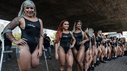 Rubia Machado (kiri) bersama para model lainnya ikut mempromosikan kontes kecantikan Miss Bumbum 2017 di Paulista Avenue, Sao Paulo, Brasil, Senin (7/8). Mereka berbaris di tengah jalan memamerkan tubuh seksi, terutama area bokong. (Nelson ALMEIDA/AFP)