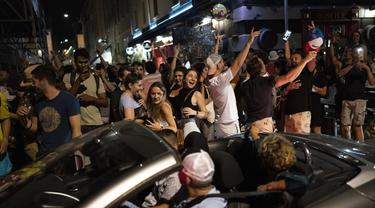 Fans Prancis merayakan kemenangan timnya melawan Jerman setelah pertandingan grup F Euro 2020 di Marseille, Prancis selatan, Selasa (15/6/2021). Prancis menang tipis atas Jerman 1-0 berkat gol bunuh diri bek Jerman, Matt Hummels. (AP Photo/Daniel Cole)