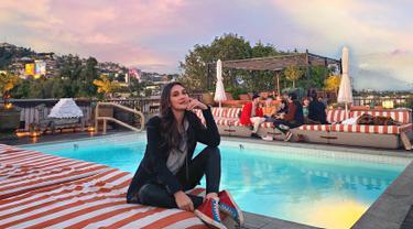 Selain bermain film Luna Maya juga merambah ke dunia bisnis. Melalui Instagram Story, Luna Maya terlihat menawarkan varian baru dari lipctick miliknya itu. (Liputan6.com/lunamaya)
