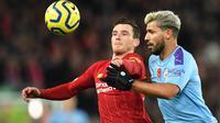 Bek Liverpool, Andrew Robertson berebut bola dengan striker Manchester City, Sergio Aguero dalam pertandingan pekan ke-12 Liga Inggris 2019-2020 di Anfield, Minggu (10/11/2019). Liverpool menghabisi Man City dengan skor cukup telak 3-1. (Paul ELLIS / AFP)