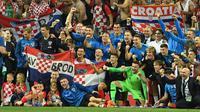 Pemain Kroasia foto bersama anak-anak mereka usai menumbangkan Inggris pada laga semifinal Piala Dunia 2018 di Stadion Luzhniki, Moskow, Rabu, Rabu (11/7). (AFP PHOTO/Kirill KUDRYAVTSEV)