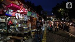 Aktivitas pedagang di Pasar Hewan Barito, Jakarta Selatan, Senin (8/3/2021). Pedagang di pasar yang menjual aneka hewan peliharaan itu mengalami penurunan omset selama pandemi corona, meski demikian mereka mengaku tetap bersyukur masih diizinkan berjualan. (Liputan6.com/JohanTallo)
