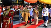 Raja Thailand Maha Vajiralongkorn (ketiga kiri), Ratu Suthida (kedua kanan), Pangeran Dipangkorn Rasmijoti (ketiga kanan), dan Putri Sirivannavari (kedua kiri) saat tiba untuk menjalani prosesi Royal Barge di Sungai Chao Phraya, Bangkok, Kamis (12/12/2019). (Handout/Thai Royal Household Bureau/AFP)