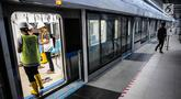 Wartawan mencoba Mass Rapid Transit (MRT) di Bundaran HI, Jakarta, Senin (10/12). Pembangunan konstruksi proyek MRT Jakarta fase satu Lebak Bulus-Bundaran HI lebih maju dibandingkan pembangunan pada akhir Agustus lalu. (Liputan6.com/Faizal Fanani)