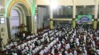 Bandung Lautan Mengaji ini digelar di Masjid Raya Bandung. Ribuan warga sudah memadati masjid bahkan hingga ke halaman masjid.(Liputan6.com/dok. Panitia Bandung Lautan Mengaji)