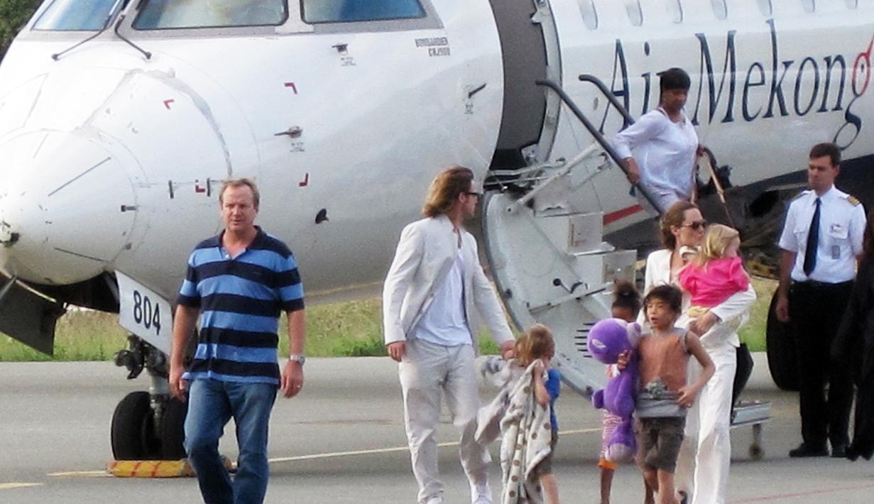 Perceraian Angelina Jolie dan Brad Pitt ternyata berpengaruh terhadap kondisi mental keenam anaknya. Mengatasi trauma itu, Jolie dan Pitt sepakat mencari ahli psikiater untuk anak-anaknya. (AFP/Bintang.com)