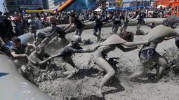Sejumlah orang bermain di kolam lumpur selama Festival Lumpur Boryeong di Pantai Daecheon di Boryeong, Korea Selatan, (14/7). Festival lumpur tahunan ke-21 ini menampilkan gulat lumpur. (AP Photo / Ahn Young-joon)