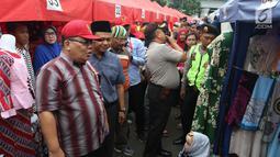 Komisioner Ombudsman Republik Indonesia (ORI), Adrianus Meliala saat blusukan tenda PKL Tanah Abang Jakarta, Rabu (17/1). Dalam blusukannya Ombudsman berdialog dengan PKL terkait lahan yang disediakan di Tanah Abang. (Liputan6.com/Angga Yuniar)