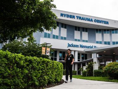 Seorang pria berdiri di pintu masuk Ryder Trauma Center tempat Ibu Negara Haiti Martine Moise dirawat di Miami, Rabu (7/7/2021). Presiden Haiti Jovenel Moise dibunuh dan istrinya terluka dalam aksi penyerangan di kediaman pribadinya pada Rabu dini hari. (CHANDAN KHANNA/AFP)