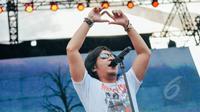 Dengan suara Khasnya, Ari Lasso sukses meramaikan Konser Drug Free Asia Afrika di Kawasan Monas, Jakarta, Minggu (19/4). Konser dalam rangkaian KAA itu sebagai kampanye pencegahan penyalahgunaan narkotik. (Liputan6.com/Faizal Fanani)
