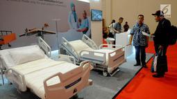 Pengunjung melihat tempat tidur pasien selama pameran Pembangunan Kesehatan dan Produksi Alat Kesehatan Dalam Negeri di ICE BSD, Tangerang, Selasa (12/2). Pameran alat kesehatan merupakan produksi dalam negeri. (Merdeka.com/Arie Basuki)