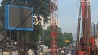 Sejumlah alat berat berada di lokasi kebocoran pipa gas yang kembali terjadi di depan Kantor BNN, Cawang, Jakarta, Kamis (15/3). Dugaan awal kebocoran pipa gas milik PGN tersebut karena aktivitas proyek LRT di lokasi tersebut. (Merdeka.com/Imam Buhori)